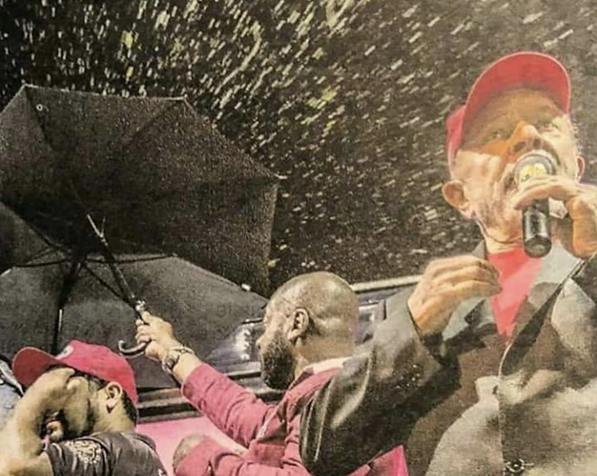 Lula sendo ovacionado com ovos no sul