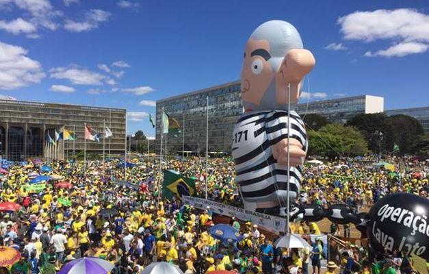 Manifestação anti-Lula com Pixuleco
