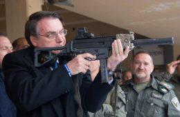 Bolsonaro com arma