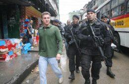 Luciano Huck é escoltado na Rocinha