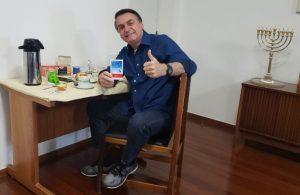 Bolsonaro usando cloroquina