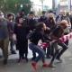 """Antifas derrubam mulher segurando bandeira puxando seu cabelo até o chão Grupo terrorista que pratica violência contra inocentes não foi condenado pelo candidato """"moderado"""" Joe Biden. Caso ocorreu em Portland"""